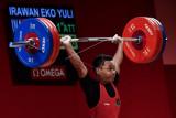 Lifter Indonesia Eko Yuli Irawan melakukan angkatan clean and jerk dalam kelas 61 kg Putra Grup A Olimpiade Tokyo 2020 di Tokyo International Forum, Tokyo, Jepang, Minggu (25/7/2021). Eko Yuli berhasil mempersembahkan medali perak dengan total angkatan 302 kg. ANTARA FOTO/Sigid Kurniawan/nym.