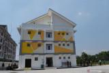 Warga beraktivitas di dekat Rumah Susun Sederhana Sewa (Rusunawa) seusai peresmian Rusunawa tersebut sebagai tempat isolasi bagi prajurit TNI, anggota Polri, Aparatur Sipil Negara (ASN) dan tenaga kesehatan yang terpapar COVID-19 dengan gejala ringan di Kota Madiun, Jawa Timur, Sabtu (24/7/2021). Pemkot Madiun menyiapkan 44 hunian masing-masing berkapasitas dua tempat tidur di Rusunawa yang baru selesai dibangun tersebut untuk ruang isolasi prajurit TNI, Polri, ASN dan tenaga kesehatan guna mengendalikan COVID-19. Antara Jatim/Siswowidodo