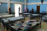 Petugas melihat kesiapan fasilitas tempat tidur di sebuah ruangan yang akan digunakan untuk isolasi saat peresmian Rumah Sakit Lapangan COVID-19 Asrama Haji di Kota Madiun, Jawa Timur, Sabtu (24/7/2021). Pemkot Madiun menggunakan sebagian fasilitas gedung di Asrama Haji untuk keperluan rumah sakit lapangan berkapasitas 182 tempat tidur guna menampung warganya yang terpapar COVID-19 seiring terus meningkatnya jumlah warga yang dinyatakan positif COVID-19. Antara Jatim/Siswowidodo/zk
