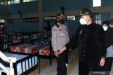 Wali Kota Madiun Maidi (kanan) meninjau kesiapan fasilitas di sebuah ruangan yang akan digunakan untuk isolasi saat peresmian Rumah Sakit Lapangan COVID-19 Asrama Haji di Kota Madiun, Jawa Timur, Sabtu (24/7/2021). Pemkot Madiun menggunakan sebagian fasilitas gedung di Asrama Haji untuk keperluan rumah sakit lapangan berkapasitas 182 tempat tidur guna menampung warganya yang terpapar COVID-19 seiring terus meningkatnya jumlah warga yang dinyatakan positif COVID-19. Antara Jatim/Siswowidodo/zk