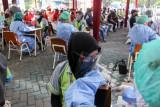 Petugas kesehatan menyuntikkan vaksin COVID-19 kepada pekerja di pabrik kawasan Sedati, Sidoarjo, Jawa Timur, Sabtu (24/7/2021). Vaksinasi secara gratis bagi pekerja perusahaan tersebut guna memastikan produksi perusahaan tidak terganggu serta mencegah munculnya penambahan kasus COVID-19 atau klaster baru. Antara Jatim/Umarul Faruq/zk