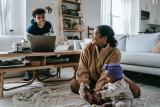 Menyiasati problem orang tua masa kini asuh anak sambil bekerja dari rumah