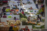 Aktivitas jual beli di Pasar Bauntung saat penerapan PPKM Level 4 di Banjarbaru, Kalimantan Selatan, Senin (26/7/2021). Komite Penanganan COVID-19 dan Pemulihan Ekonomi Nasional (KPC-PEN) menetapkan dua Kota di Provinsi Kalimantan Selatan yaitu Kota Banjarmasin dan Kota Banjarbaru ke dalam daerah penerapan Pemberlakuan Pembatasan Kegiatan Masyarakat (PPKM) Level 4 yang berlaku 26 Juli hingga 2 Agustus 2021. Foto Antaranews Kalsel/Bayu Pratama S.