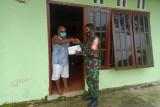 Aparat TNI Mimika bagikan nasi kotak ke warga binaan