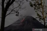Titik api dua kali terpantau di lereng barat daya Gunung Merapi