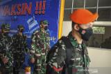 Kepala Staf Angkatan Udara (Kasau) Marsekal TNI Fadjar Prasetyo (tengah) meninjau lokasi vaksinasi massal di Lapangan Udara Husein Sastranegara, Bandung, Jawa Barat, Senin (26/7/2021). Dalam kunjungannya di Bandung, Kasau berkesempatan untuk meninjau lokasi vaksinasi massal dan pembagian sembako bagi masyarakat serta meninjau pabrik zat asam 731. ANTARA FOTO/Raisan Al Farisi/agr