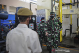 Kepala Staf Angkatan Udara (Kasau) Marsekal TNI Fadjar Prasetyo (kanan) berbincang dengan petugas saat meninjau pabrik zat asam 731 di Lapangan Udara Husein Sastranegara, Bandung, Jawa Barat, Senin (26/7/2021). Dalam kunjungannya di Bandung, Kasau berkesempatan untuk meninjau lokasi vaksinasi massal dan pembagian sembako bagi masyarakat serta meninjau pabrik zat asam 731. ANTARA FOTO/Raisan Al Farisi/agr