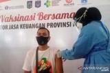 Ribuan karyawan lembaga jasa keuangan di NTB menjalani vaksinasi COVID-19