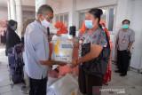 PENYALURAN BERAS PKH DI KANTOR POS BANDA ACEH. Petugas POS (kiri) menyerahkan bantuan beras Program Keluarga Harapan (PKH) kepada warga  di Kantor PT POS Indonesia, Banda Aceh, Aceh, Senin (26/7/2021). Pada masa Pemberlakuan Pembatasan Kegiatan Masyarakat (PPKM), pemerintah menyalurkan Bantuan Sosial Tunai (BST) dan Program Keluarga Harapan (PKH) kepada masing masing 10 juta penerima plus sebanyak 10 kilogram beras. ANTARA FOTO/Ampelsa