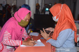 PENYALURAN BST DI KANTOR POS BANDA ACEH. Warga mengisi formulir data diri untuk memperoleh Bantuan Sosial Tunai (BST)  di Kantor PT POS Indonesia, Banda Aceh, Aceh, Senin (26/7/2021). Pada masa Pemberlakuan Pembatasan Kegiatan Masyarakat (PPKM), pemerintah menyalurkan Bantuan Sosial Tunai (BST) dan Program Keluarga Harapan (PKH) kepada masing masing 10 juta penerima plus sebanyak 10 kilogram beras. ANTARA FOTO/Ampelsa