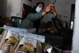 Perajin membuat kue gapit di tempat Usaha Mikro Kecil Menengah (UMKM) di Desa Ngadirejo, Wonoasri, Kabupaten Madiun, Jawa Timur, Minggu (25/7/2021). Perajin tersebut tetap bertahan untuk berproduksi meskipun saat Pemberlakukan Pembatasan Kegiatan Masyarakat (PPKM) guna pengendalian COVID-19 permintaan turun dari enam hingga 10 kilogram menjadi empat hingga lima kilogram per hari karena tak adanya acara hajatan, sehingga pemasaran hasil produksi dilakukan dengan cara dititipkan di toko dan sebagian ditawarkan melalui media sosial dengan harga Rp8 ribu perkemasan isi sekitar satu ons. Antara Jatim/Siswowidodo/zk