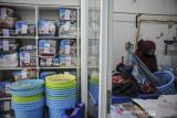 Pekerja menyortir pakaian yang kering di sebuah jasa laundry di Jalan Dipatiukur, Bandung, Jawa Barat, Senin (26/7/2021). Pada perpanjangan PPKM level 4 hingga 2 Agustus mendatang, pemerintah pusat mengijinkan PKL, toko kelontong, pangkas rambut, laundry, rumah makan, pedagang asongan, dan bengkel kecil untuk beroperasi dengan protokol kesehatan ketat hingga pukul 20.00. ANTARA FOTO/Raisan Al Farisi/agr