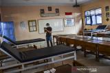 Petugas Satgas COVID-19 mempersiapkan ruang isolasi di ruangan kelas SMP Negeri 1 Kabupaten Ciamis, Jawa Barat, Senin (26/7/2021). Pemerintah Kabupaten Ciamis menyiapkan tempat isolasi untuk pasien terpapar COVID-19 yang tersebar di 28 sekolah dengan kapasitas tempat tidur sekitar 500. ANTARA FOTO/Adeng Bustomi/agr