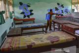 Petugas Satgas COVID-19 menyemprotkan cairan disinfektan di ruangan kelas SMP Negeri 8 Kabupaten Ciamis, Jawa Barat, Senin (26/7/2021). Pemerintah Kabupaten Ciamis menyiapkan tempat isolasi untuk pasien terpapar COVID-19 yang tersebar di 28 sekolah dengan kapasitas tempat tidur sekitar 500. ANTARA FOTO/Adeng Bustomi/agr