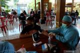 Petugas memeriksa kesehatan peserta vaksinasi anak  saat Pelaksanaan Program Percepatan Vaksinasi bagi anak dan remaja di salah satu hotel di Kota Blitar, Jawa Timur, Senin (26/7/2021). Pemda setempat menggandeng pengusaha hotel dan cafe sebagai tempat pelayanan vaksinasi khususnya bagi anak usia 12 tahun keatas guna meningkatkan animo sekaligus untuk membantu mendongkrak promosi hotel dan cafe yang diharapkan mampu bangkit kembali setelah terdampak pemberlakuan PPKM. Antara jatim/Irfan Anshori/zk
