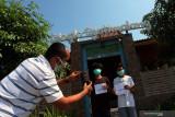 Orang tua memotret anaknya usai vaksinasi saat Pelaksanaan Program Percepatan Vaksinasi bagi anak dan remaja di salah satu hotel di Kota Blitar, Jawa Timur, Senin (26/7/2021). Pemda setempat menggandeng pengusaha hotel dan cafe sebagai tempat pelayanan vaksinasi khususnya bagi anak usia 12 tahun keatas guna meningkatkan animo sekaligus untuk membantu mendongkrak promosi hotel dan cafe yang diharapkan mampu bangkit kembali setelah terdampak pemberlakuan PPKM. Antara jatim/Irfan Anshori/zk