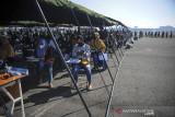 Warga antre untuk melakukan pemeriksaan kesehatan sebelum mendapatkan vaksin COVID-19 di Lapangan Udara Husein Sastranegara, Bandung, Jawa Barat, Senin (26/7/2021). Menjelang peringatan Hari Bakti TNI AU ke-74, TNI AU Badan Koordinasi Daerah (Bakorda) Bandung memberikan 4.000 dosis vaksin COVID-19 kepada masyarakat dan 4.000 paket sembako. ANTARA FOTO/Raisan Al Farisi/agr