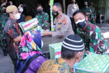 Kapolda Sumsel-Pangdam Sriwijaya bantu masyarakat isolasi mandiri