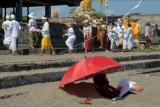 Umat Hindu melakukan upacara mapekelam saat pelaksanaan Pemberlakuan Pembatasan Kegiatan Masyarakat (PPKM) Level 4 di Pantai Batu Bolong, Badung, Bali, Selasa (27/7/2021). Berdasarkan Surat Edaran Gubernur Bali Nomor 12 Tahun 2021 tentang Pemberlakuan Pembatasan Kegiatan Masyarakat (PPKM) Level 4 dalam tatanan kehidupan era baru di Provinsi Bali yang berlaku pada 26 Juli 2021 hingga 2 Agustus 2021 tersebut memberlakukan ketentuan mengenai kegiatan keagamaan dilaksanakan dengan melibatkan jumlah orang yang sangat terbatas dan menerapkan protokol kesehatan serta atas seizin Satgas COVID-19 Kabupaten/Kota. ANTARA FOTO/Nyoman Hendra Wibowo/nym.