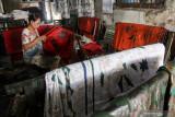 Pekerja membatik kain di sebuah industri rumahan di Kampoeng Batik Jetis, Sidoarjo, Jawa Timur, Selasa (27/7/2021). Pengusaha batik setempat tetap bertahan meskipun produksi menurun dengan menjual produknya melalui pasar digital dan hanya mengandalkan pasar lokal saat Pemberlakuan Pembatasan Kegiatan Masyarakat (PPKM). Antara Jatim/Umarul Faruq/zk