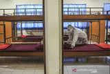 Seorang petugas merapikan kamar yang akan dijadikan ruangan isolasi bagi pasien COVID-19 di Kampus II Unisba, Ciburial, Kabupaten Bandung, Jawa Barat, Selasa (27/7/2021). Kampus Unisba bekerjasama dengan Pemerintah Provinsi Jawa Barat serta organisasi sosial mengalihfungsikan tiga asrama dengan kapasitas 100 tempat tidur untuk dijadikan tempat isolasi pasien tanpa gejala COVID-19. ANTARA FOTO/Raisan Al Farisi/agr