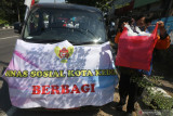 Aparatur Sipil Negara (ASN) membawa makanan produk Usaha Mikro Kecil Menengah (UMKM) untuk dibagikan kepada tukang becak di Kota Kediri, Jawa Timur, Rabu (28/7/2021). Pemerintah daerah setempat menginstruksikan ASN membeli produk-produk UMKM untuk didonasikan agar UMKM mampu bertahan di tengang pandemi COVID-19 sekaligus meringankan beban masyarakat kurang mampu. Antara Jatim/Prasetia Fauzani/zk