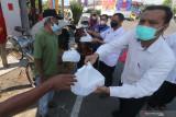 Sejumlah Aparatur Sipil Negara (ASN) membagikan makanan produk Usaha Mikro Kecil Menengah (UMKM) kepada tukang becak di Kota Kediri, Jawa Timur, Rabu (28/7/2021). Pemerintah daerah setempat menginstruksikan ASN membeli produk-produk UMKM untuk didonasikan agar UMKM mampu bertahan di tengang pandemi COVID-19 sekaligus meringankan beban masyarakat kurang mampu. Antara Jatim/Prasetia Fauzani/zk