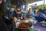 Sejumlah warga menyiapkan hidangan makanan di posko dapur umum swadaya masyarakat di Kelurahan Mentaos, Banjarbaru, Kalimantan Selatan, Rabu (28/7/2021). Dapur umum yang didirikan oleh Alumni SMP Negeri 2 Banjarbaru bersama warga setempat saat Pemberlakuan Pembatasan Kegiatan Masyarakat (PPKM) level 4 tersebut untuk membantu warga yang melakukan isolasi mandiri akibat terpapar COVID-19 serta mendukung program pemerintah daerah yaitu Gerakan peduli isolasi mandiri (Garda Lima) di kelurahan dan kecamatan se-Kota Banjarbaru. Foto Antaranews Kalsel/Bayu Pratama S.