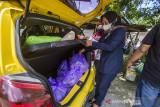 Warga membawa hidangan makanan di posko dapur umum swadaya masyarakat untuk didistribusikan di Kelurahan Mentaos, Banjarbaru, Kalimantan Selatan, Rabu (28/7/2021). Dapur umum yang didirikan oleh Alumni SMP Negeri 2 Banjarbaru bersama warga setempat saat Pemberlakuan Pembatasan Kegiatan Masyarakat (PPKM) level 4 tersebut untuk membantu warga yang melakukan isolasi mandiri akibat terpapar COVID-19 serta mendukung program pemerintah daerah yaitu Gerakan peduli isolasi mandiri (Garda Lima) di kelurahan dan kecamatan se-Kota Banjarbaru. Foto Antaranews Kalsel/Bayu Pratama S.