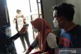 Petugas Kesehatan Puskesmas Alalak Tengah melakukan pengecekan kesehatan ke rumah penderita COVID-19 yang selesai melakukan isolasi mandiri di Banjarmasin, Kalimantan Selatan, Rabu (28/7/2021). Dalam beberapa hari terakhir warga yang melapor ke Puskesmas Alalak Tengah mengalami gejala COVID-19 melonjak tajam, rata-rata per hari antara 40-50 orang. Foto Antaranews Kalsel/Ulul/Bay.