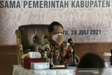 Menteri Dalam Negeri (Mendagri) Tito Karnavian saat memimpin rapat koordinasi dalam kunjungan di Pendopo Kabupaten Indramayu, Jawa Barat, Rabu (28/7/2021). Dalam kunjungannya, Mendagri melakukan rapat koordinasi bersama forum komunikasi pimpinan daerah Kab Indramayu untuk mengupayakan penurunan angka COVID-19 di Indramayu. ANTARA FOTO/Dedhez Anggara/agr