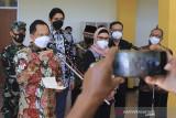 Menteri Dalam Negeri (Mendagri) Tito Karnavian (ketiga kiri) didampingi Bupati Indramayu Nina Agustina (ketiga kanan) memberikan keterangan pers saat kunjungan di Pendopo Kabupaten Indramayu, Jawa Barat, Rabu (28/7/2021). Dalam kunjungannya, Mendagri melakukan rapat koordinasi bersama forum komunikasi pimpinan daerah Kab Indramayu untuk mengupayakan penurunan angka COVID-19 di Indramayu. ANTARA FOTO/Dedhez Anggara/agr