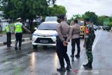 PENGETATAN PPKM UPAYA CEGAH PENINGKATAN COVID-19. Satgas Covid-19 memeriksa kelengkapan surat perjalanan kendaraan bis umum dan pribadi sebagai syarat berpergian pada masa Pemberlakukan Pembatasan Kegiatan Masyarakat (PPKM) di  jalur perbatasan lintasan jalan nasional, Desa Lambaro, Kabupaten Aceh Besar, Sabtu (10/7/2021).