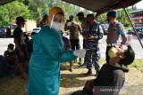 PENGETATAN PPKM UPAYA CEGAH PENINGKATAN COVID-19. Tim medis melakukanswab antigen terhadap penumpang kapal penyeberangan sebagai syarat berpergian pada masa Pemberlakukan Pembatasan Kegiatan Masyarakat (PPKM) di pelabuhan penyeberangan Ulee Lheue, Banda Aceh, Senin (12/7/2021).