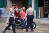PENGETATAN PPKM UPAYA CEGAH PENINGKATAN COVID-19. Satgas Covid-19 memeriksa kelengkapan surat perjalanan pengemudi kendaraan sebagai syarat berpergian pada masa Pemberlakukan Pembatasan Kegiatan Masyarakat (PPKM) di  jalur perbatasan lintasan jalan nasional, Desa Lambaro, Kabupaten Aceh Besar, Sabtu (10/7/2021).