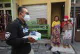 Petugas membawa bantuan beras untuk dibagikan kepada warga di Surabaya, Jawa Timur, Rabu (28/7/2021). Pembagian beras dari Kementerian Sosial kepada penerima bantuan tersebut untuk meringankan beban mereka yang terdampak oleh pandemi COVID-19.  Antara Jatim/Didik Suhartono/zk