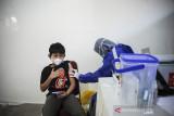 Tenaga kesehatan menyuntikkan vaksin COVID-19 kepada anak berusia 12 tahun saat vaksinasi massal bagi anak di Gedung PKK Kota Bandung, Jawa Barat, Rabu (28/7/2021). Pemerintah Kota Bandung menyediakan 1.000 dosis vaksin COVID-19 bagi anak berusia 12-17 tahun dalam rangka peringatan hari anak nasional serta percepatan program vaksinasi nasional. ANTARA FOTO/Raisan Al Farisi/agr
