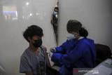Tenaga kesehatan menyuntikkan vaksin COVID-19 kepada anak saat vaksinasi massal bagi anak di Gedung PKK Kota Bandung, Jawa Barat, Rabu (28/7/2021). Pemerintah Kota Bandung menyediakan 1.000 dosis vaksin COVID-19 bagi anak berusia 12-17 tahun dalam rangka peringatan hari anak nasional serta percepatan program vaksinasi nasional. ANTARA FOTO/Raisan Al Farisi/agr