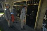 Personel Bakamla ZMTh bagikan paket sembako kepada nelayan