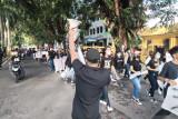 Aksi ini dilakukan ratusan pelaku UMKM di Padang terkait pandemi COVID-19