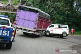 Ambulance tabrak truk, sopir patah gigi dan penumpang patah tangan