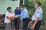 Imigrasi Sampit salurkan bantuan Kemenkumham untuk masyarakat terdampak COVID-19