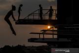 Siluet sejumlah atlet loncat indah Jabar saat berlatih di Kolam Renang FPOK UPI, Bandung, Jawa Barat, Kamis (29/7/2021). Tim loncat indah Jabar menggenjot porsi latihan sebagai persiapan untuk mencapai target emas bagi atlet putri dan perak atau perunggu untuk atlet putra pada PON XX/2020 Papua mendatang. ANTARA FOTO/Novrian Arbi/agr