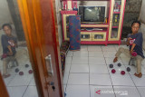 Atlet penyandang disabilitas Boccia Asep berlatih secara mandiri di Desa Kutawargi, Rawamerta, Karawang, Jawa Barat, Kamis (29/7/2021). Atlet boccia tersebut menjalani program latihan mandiri di masa pandemi COVID-19 guna melatih kemampuan target sasaran dan menjaga stamina dalam persiapan jelang Pekan Paralimpik Nasional (PEPARNAS) XVI di Papua pada November 2021 mendatang. ANTARA FOTO/M Ibnu Chazar/agr