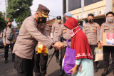 Polresta Bandarlampung salurkan 3.000 paket sembako kepada masyarakat terdampak COVID dan PPKM