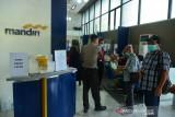 TIGA KANTOR CABANG BANK MANDIRI BERHENTI BEROPERASI DI ACEH. Sejumlah nasabah Bank Mandiri melakukan pengalihan rekening tabungan atau pinjaman ke Bank Syariah Indinesia (BSI) di kantor Cabang Bank Mandiri Banda Aceh, Aceh, Kamis (29/7/2021). PT Bank Mandiri (Persero) memberikan kesempatan kepada nasabahnya untuk melakukan pengalihan rekening ke BSI menyusul ditutupnya tiga kantor cabang Bank Mandiri di daerah itu tanggal 30 Juli 2021 sebagai tindak lanjut dari implementasi Qanun Lembaga Keuangan Syariah (LKS) Nomor 11 tahun 2018 yang telah diberlakukan di Aceh. ANTARA FOTO/Ampelsa.