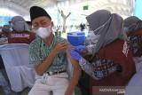 Tenaga kesehatan menyuntikkan vaksin COVID-19 kepada santri di Pondok Pesantren Al Islah Tajug, Sudimampir, Balongan, Indramayu, Jawa Barat, Kamis (29/7/2021). Sebanyak 1.000 santri mendapatkan suntikan vaksin sebagai upaya menanggulangi penyebaran COVID-19 di lingkungan pesantren. ANTARA FOTO/Dedhez Anggara/agr