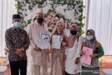 UKL Disdukcapil Batang Kapas serahkan KK dan KTP pada pengantin baru