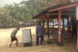 SAR Gunung Kidul mengevakuasi barang dagangan warung di pinggir pantai