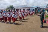Babinsa Koramil Moanemani latih baris berbaris siswa SMPN 1 Kamuu Dogiyai